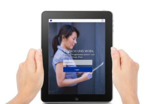 XBRL.app auf Tablet in zwei Händen