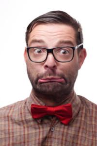 Nerd mit Brille und roter Fliege
