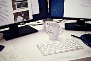 Arbeitsplatz Schreibtisch Computer Kaffeetasse